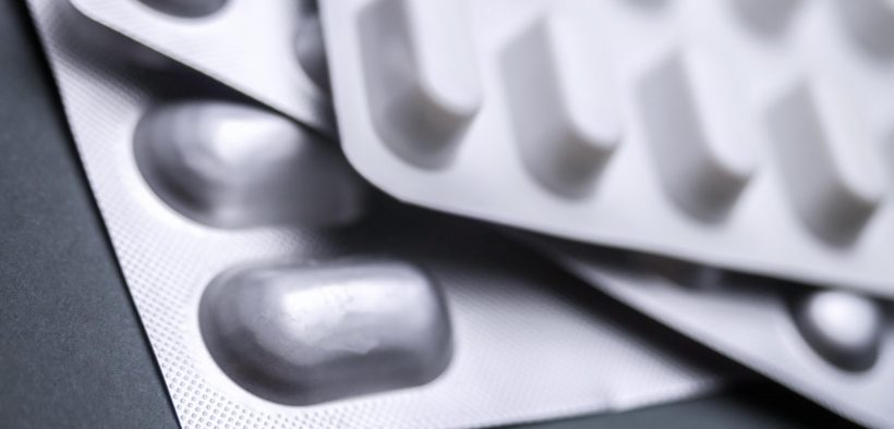 3 listki tabletek leżących na stole