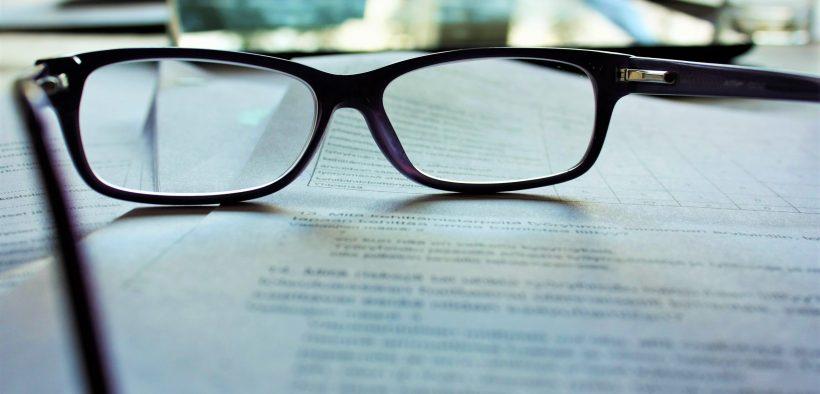 okulary leżące na dokumentach