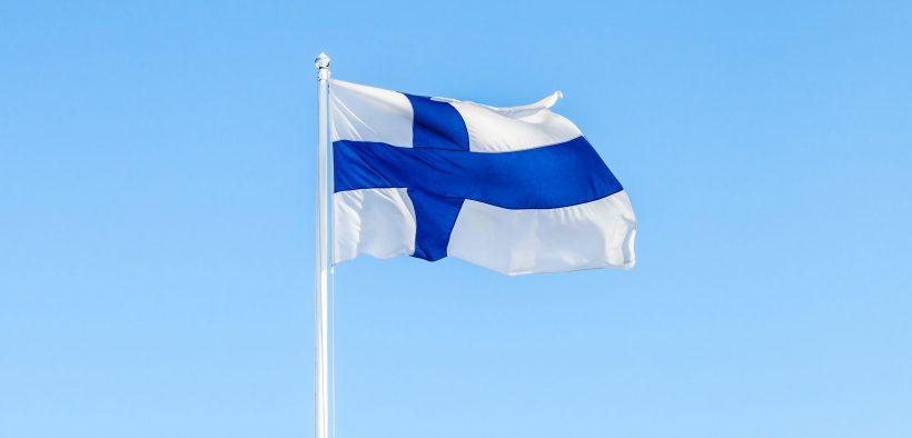 flaga Finlandii na maszcie