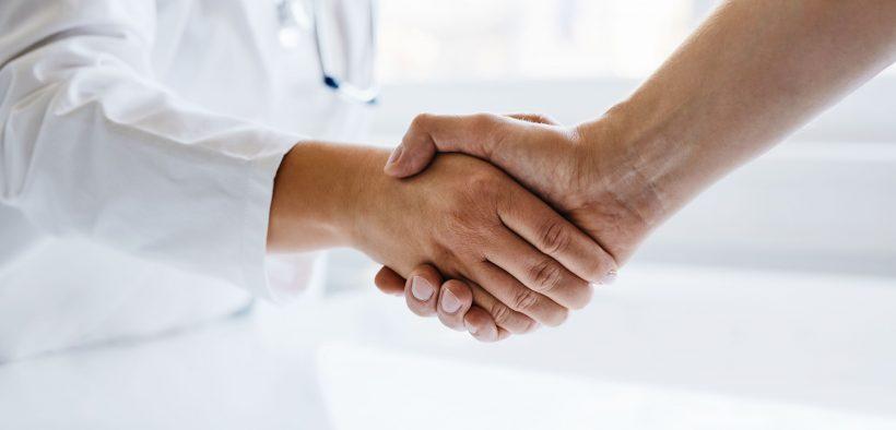 dwie osoby podające sobie dłoń