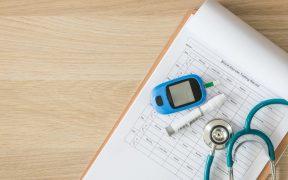 glukometr i stetoskop leżące na stole,