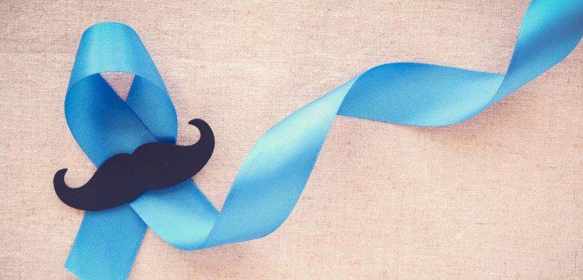zabawne czarne wąsy ułożone na niebieskiej wstążce